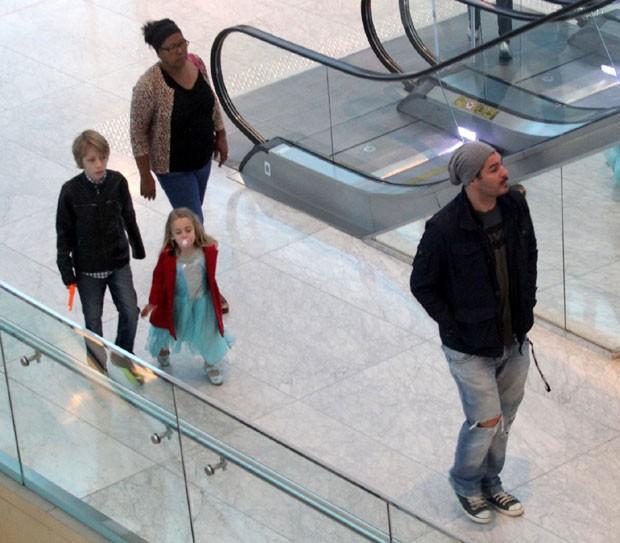 Thiago com os filhos Gael e Pilar (Foto: AgNews)