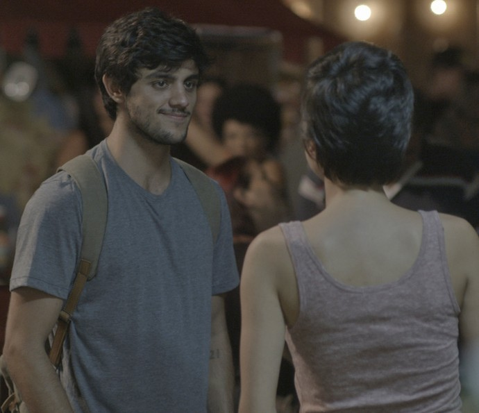 Jonatas fica surpreso ao encontrar Leila e Jamaica em Curicica (Foto: TV Globo)