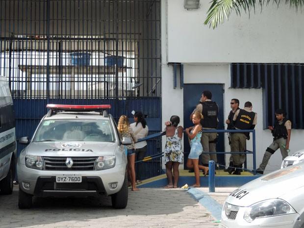 Grupo de mulheres procurou o serviço, mas saiu sem ficha ou certeza de que poderiam ver os filhos e maridos presos no sábado e no domingo (Foto: Marina Barbosa/G1)