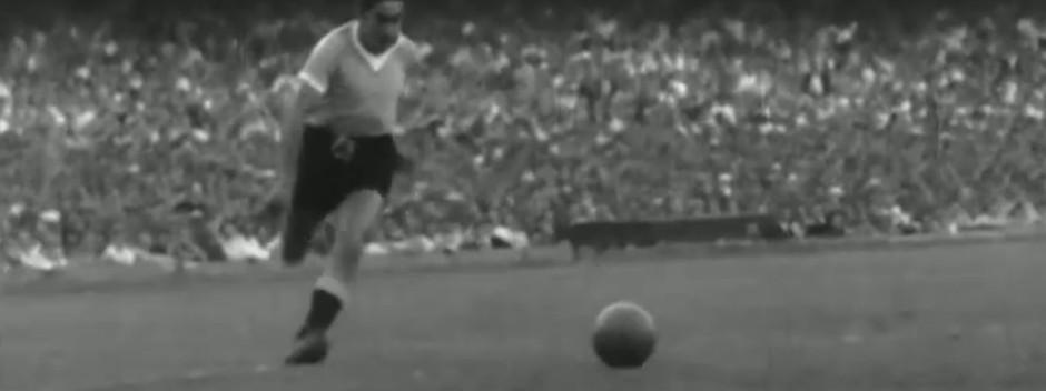 Ghiggia parte para fazer gol do título uruguaio em 1950