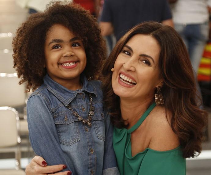 Momento fofura da Fátima com uma criança da plateia  (Foto: Raphael Dias/Gshow)