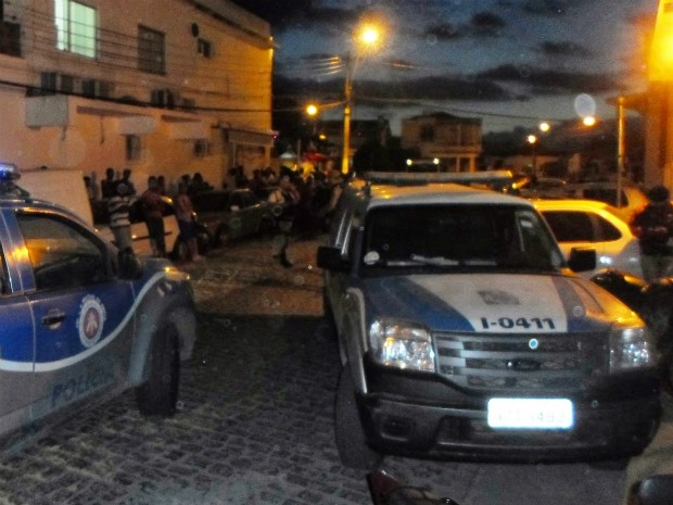 Suspeito de assalto estava sendo retirado da viatura, quando conseguiu escapar (Foto: Leandro Alves/Site Bahia 10)