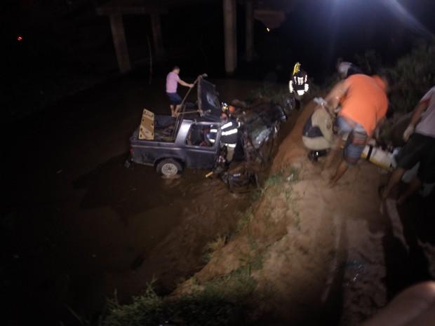 Vítimas são retiradas de veículo que caiu em rio de Campo Grande (Foto: Edimar Melo / TV Morena)