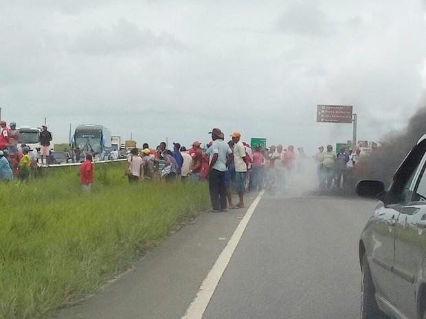 BR-101 foi bloqueada por manifestantes na manhã desta sexta-feira (15) na Paraíba (Foto: Divulgação/PRF-PB)