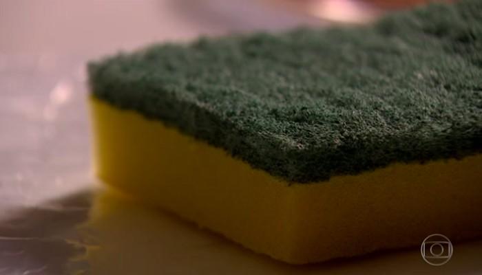 Sua esponja pode ser perigosa, descubra como higienizá-la da forma correta (Foto: Reprodução/Bom Dia Brasil)