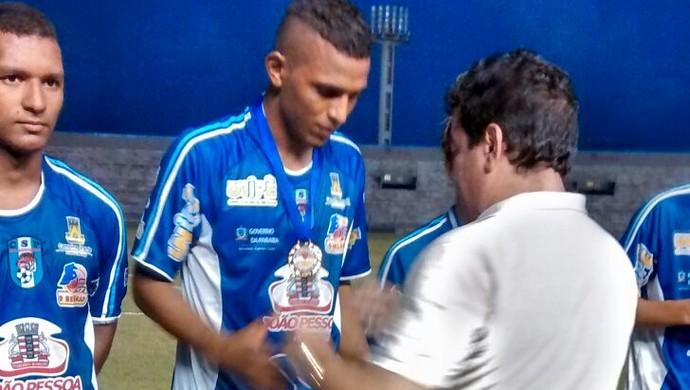 Amadeu entrega as medalhas para os jogadores do CSP (Foto: Divulgação / FPF)