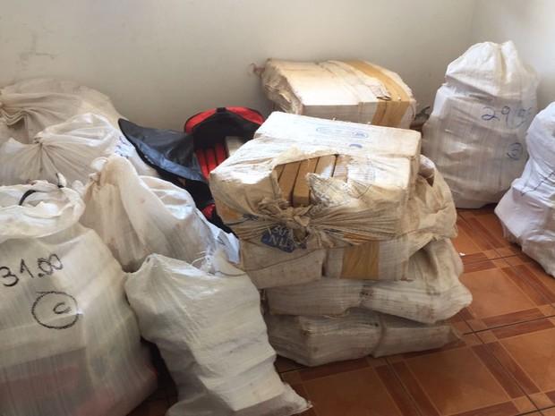 Droga estava em tabletes dentro de casa em Itajaí  (Foto: PM/Divulgação)