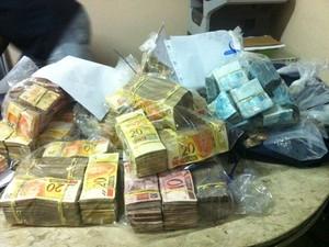 Polícia mostrou R$ 446 mil apreendidos na operação (Foto: Lívia Torres/G1)