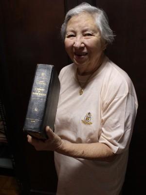 Casada com Cid há mais de 25 anos, Vera exibe uma de suas relíquias: um livro de 1041 (Foto: Geraldo Jr. / G1)