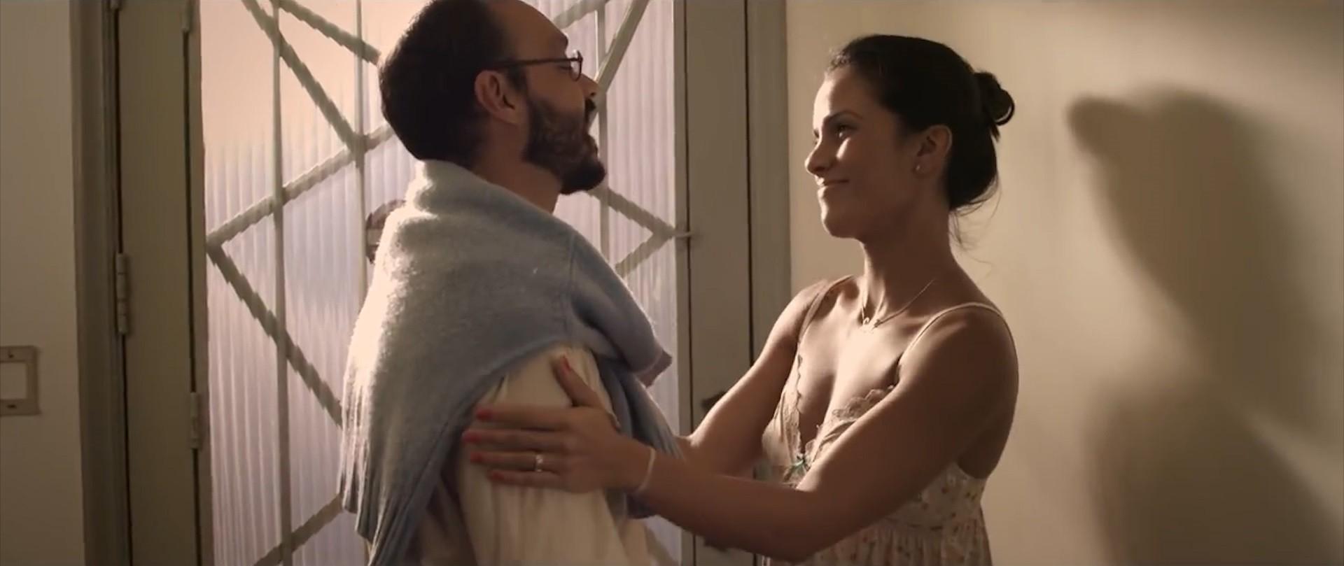 Cena do clipe: Ju Moraes se despede do marido (Foto: Divulgação)