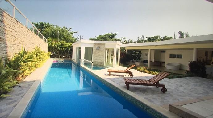 Na área externa, uma belíssima piscina convida para um mergulho (Foto: TV Globo)