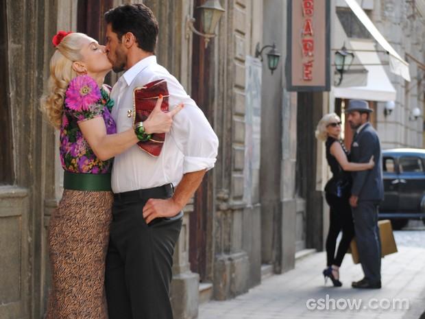 Lola não perde tempo e tasca um beijão em Davi (Foto: Joia Rara/TV Globo)
