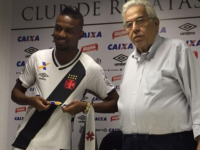 Kelvin é apresentado por Eurico Mirando (Foto: Thiago Lima/GloboEsporte.com)