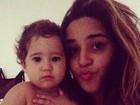 Grávida, Perlla manda beijo para mulheres ao lado da filha