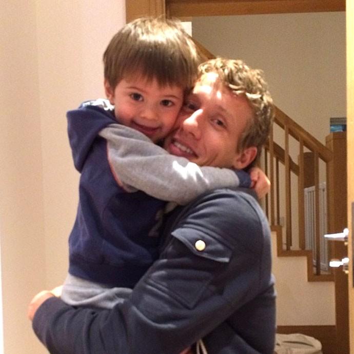 Lucas recebe abraço do filho (Foto: Reprodução / Instagram)
