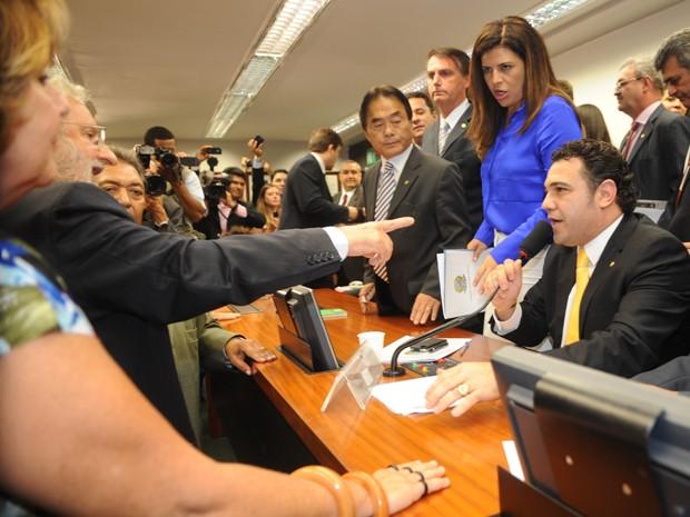 O deputado Ivan Valente (PSOL-SP) discute com Marco Feliciano (PSC-SP) em meio a protestos contra o novo presidente da Comissão de Direitos Humanos (Foto: José Cruz/ABr)