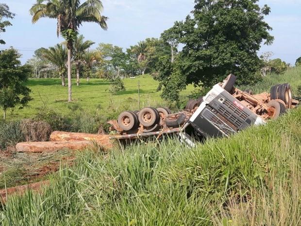 Motorista foi encaminhado para o hospital de Jaru com feirmentos leves (Foto: Júnior Andrade/Arquivo pessoal)