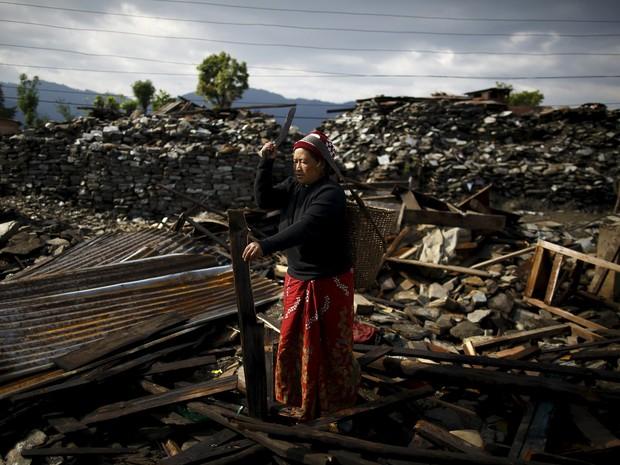 Vítima do terremoto no Nepal fotografada no dia 21 de maio (Foto: REUTERS/Navesh Chitrakar )
