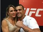Joana Prado posa com Vitor Belfort após vitória do marido no UFC