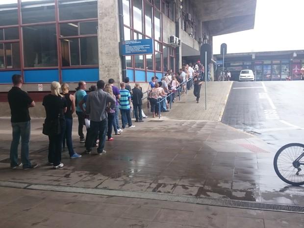 Usuários fizeram filas para comprar créditos no cartão transporte de Curitiba (Foto: Samuel Nunes/G1)