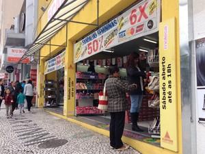 Comércio de rua em Curitiba começa a funcionar até mais tarde nesta terça-feira (1º) (Foto: Daiane Baú/ G1)