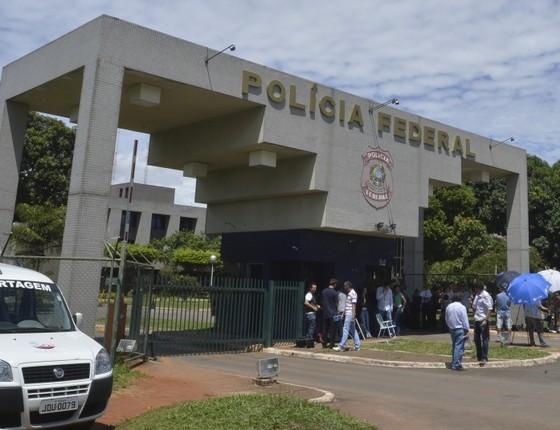 Movimentação em frente à sede da Polícia Federal em Brasília (Foto: Marcello Casal Jr/Agência Brasil)