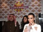Kim Kardashian sai da dieta em inauguração de loja