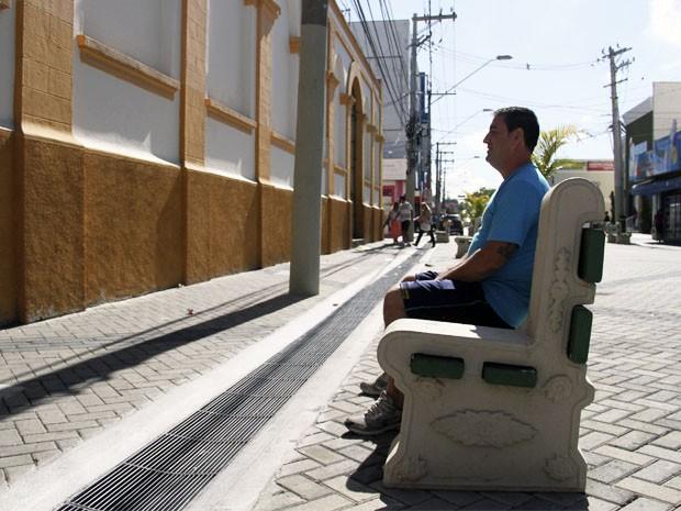 Bancos instalados no centro de São José chamam atenção dos moradores (Foto: Carlos Santos/ G1)