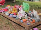 Vestido de Papai Noel, morador de rua arrecada brinquedos para crianças