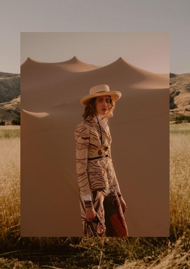 Bar jacket de algodão (R$ 37 mil), blusa de algodão (R$ 5.100), calça de algodão (R$ 37 mil) e chapéu de palha bordado com pérolas de vidro, turquesa e jaspe vermelho (R$ 4.900). (Foto: Chloé Le Drezen)