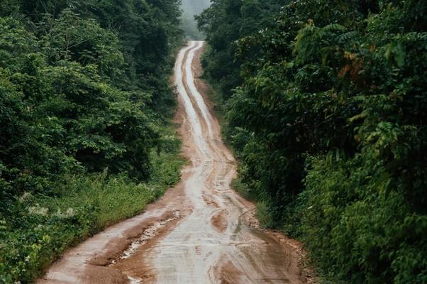 A rodovia escorregadia e cheia de valas na volta para Itaituba (Foto: Filipe Redondo/ÉPOCA)