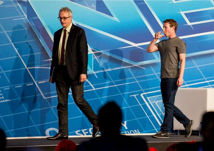 Mark Zuckerberg deixa o palco após sua apresentação no MWC (Foto: Reprodução / Cnet)