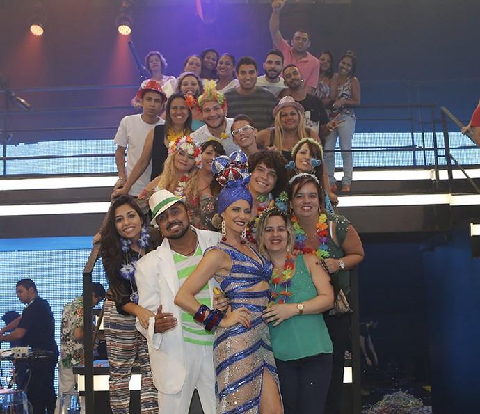 Fernanda Lima posa com a plateia (Foto: Fábio Rocha/Gshow)
