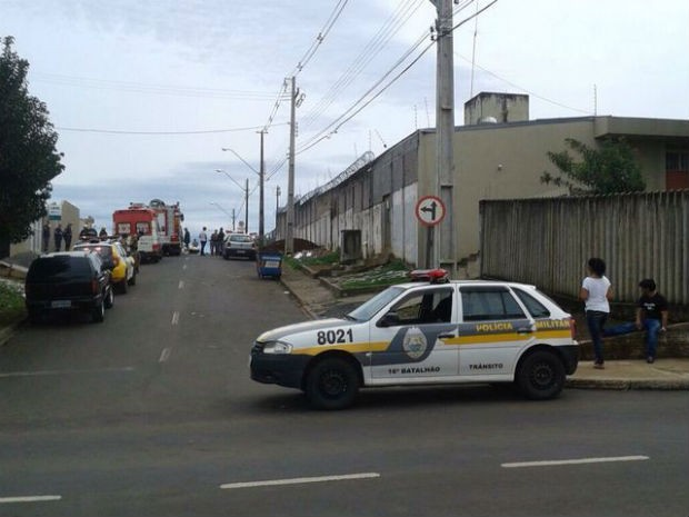 Rebelião na cadeia pública de Guarapuava  (Foto: Valdinei Oliveira / RPC TV)