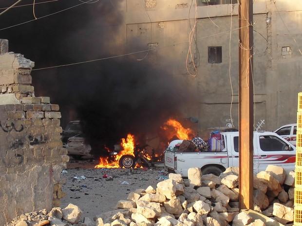 Imagem divulgada neste domingo pela Reuters mostra chamas resultantes do combate entre extremistas do Estado Islâmico e tropas iraquianas em Ramadi, no sábado (16). Cidade foi tomada pelo EI (Foto: Reuters)