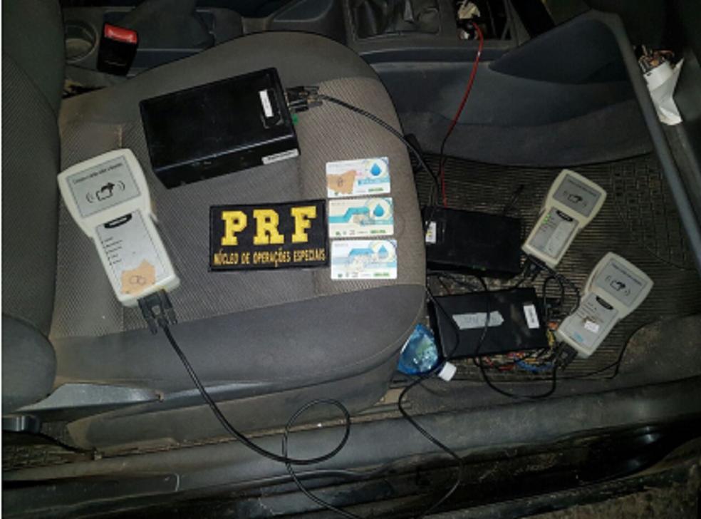 Ação da polícia apreende GPS que deveria estar instalado em carro-pipa. Segundo a PRF, esquema é uma tentativa de burlar a entrega de água; sindicato diz que é pra compensar rota não computada pelo GPS quando rodou com o caminhão (Foto: PRF/Divulgação)