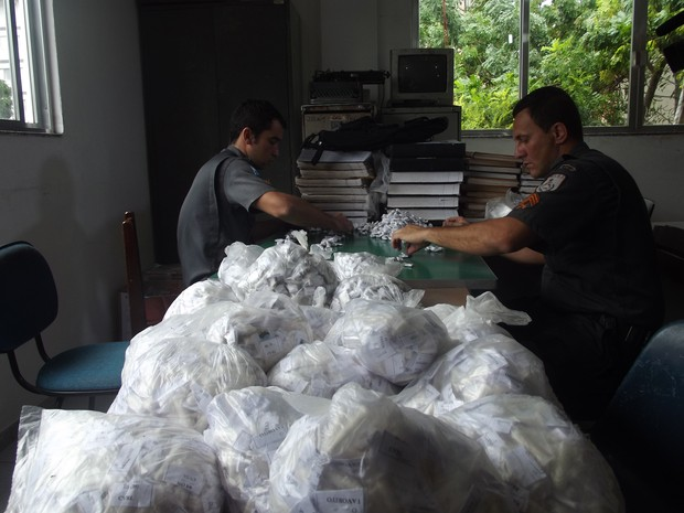 apreensão de drogas Cabo Frio - maconha e cocanína (Foto: Heitor Moreira/G1)
