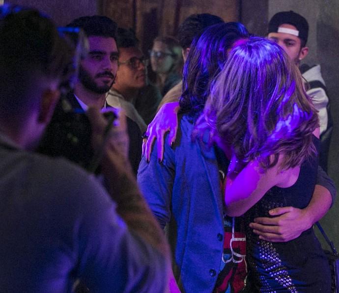 Cassandra beija cantor famoso em boate (Foto: Raphael Dias/Gshow)