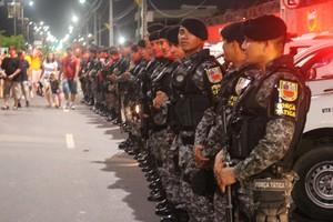 Policiais fazem a segurança na saída da Arena Amazônia  (Foto: Hugo Crippa)