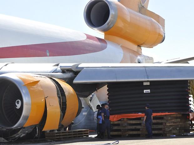Equipamento inflável precisou ser instalado para apoiar a remoção do avião cargueiro da pista do Aeroporto Internacional de Viracopos, em Campinas (SP) (Foto: Lana Torres/ G1 Campinas)
