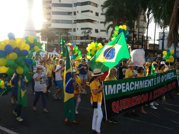 Manifestantes começa a passeata na avenida Afonso Pena em direção ao MPF (Foto: Ronie Cruz/G1 MS)