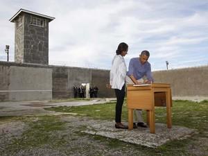O presidente dos EUA Barack Obama e sua mulher, Michelle Obama, visitam a ilha Robben, perto da Cidade do Cabo, onde o ex-presidente africano Nelson Mandela – ícone da luta contra o apartheid – esteve preso por 18 anos (Foto: REUTERS/Jason Reed)
