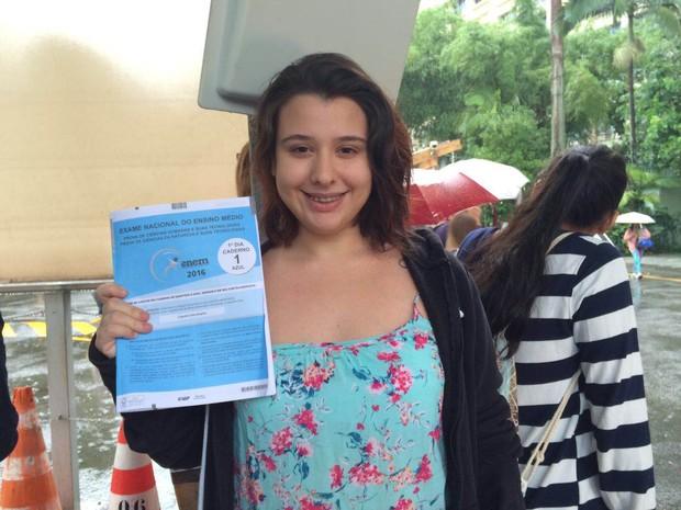 Bárbara Cipriano ficou até o final da prova do Enem para levar o caderno de perguntas (Foto: Patricia Teixeira/G1)