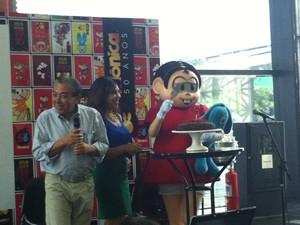 Maurício de Sousa, sua filha Mõnica e atriz caracterizada como a personagem dos quadrinhos cortam bolo de aniversário em entrevista coletiva em São Paulo (Foto: G1)