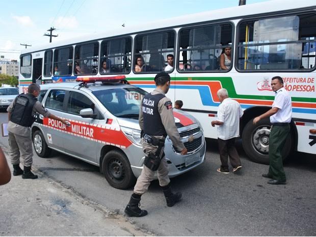 Crime ocorreu no momento em que ônibus trafegava pelo Alto do Céu, no bairro de Mandacaru (Foto: Walter Paparazzo/G1)