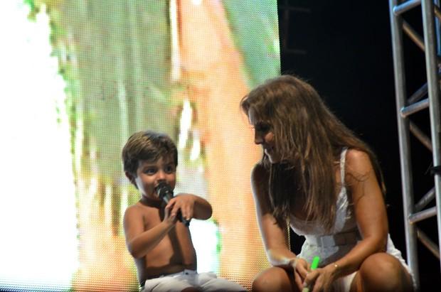 Marcelo, filho de Ivete Sangalo, divide o palco com a cantora durante show (Foto: Divulgação / Saulo Brandão)