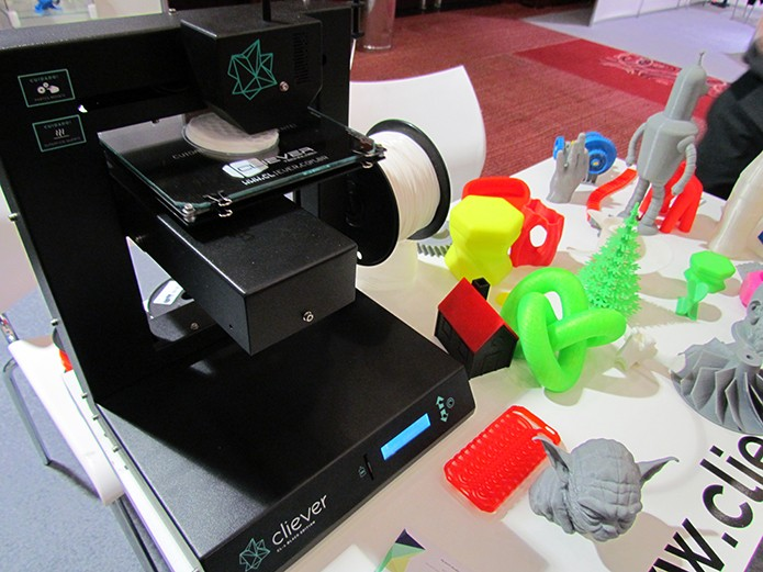 Máquina trabalha com plástico colorido, mas só imprime uma cor por objeto (Foto: Paulo Alves/TechTudo)