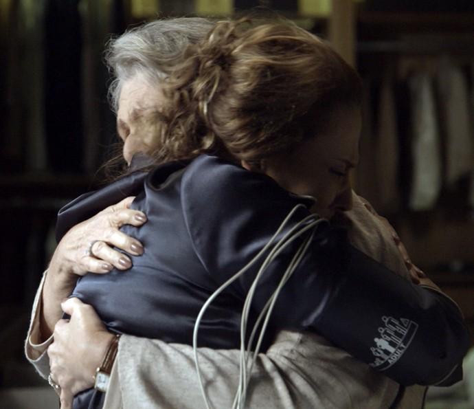 Emília pede perdão a Vitória  (Foto: TV Globo)