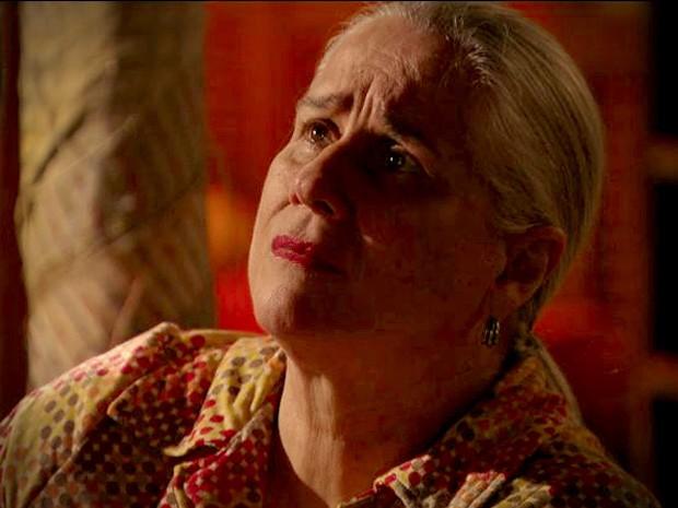 Lucinda se sente culpada pelo carater de Carminha (Foto: Avenida Brasil / TV Globo)