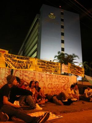 Manifestantes espelharam cartazes em frente à ALE/AM (Foto: Romulo de Sousa/G1 AM)